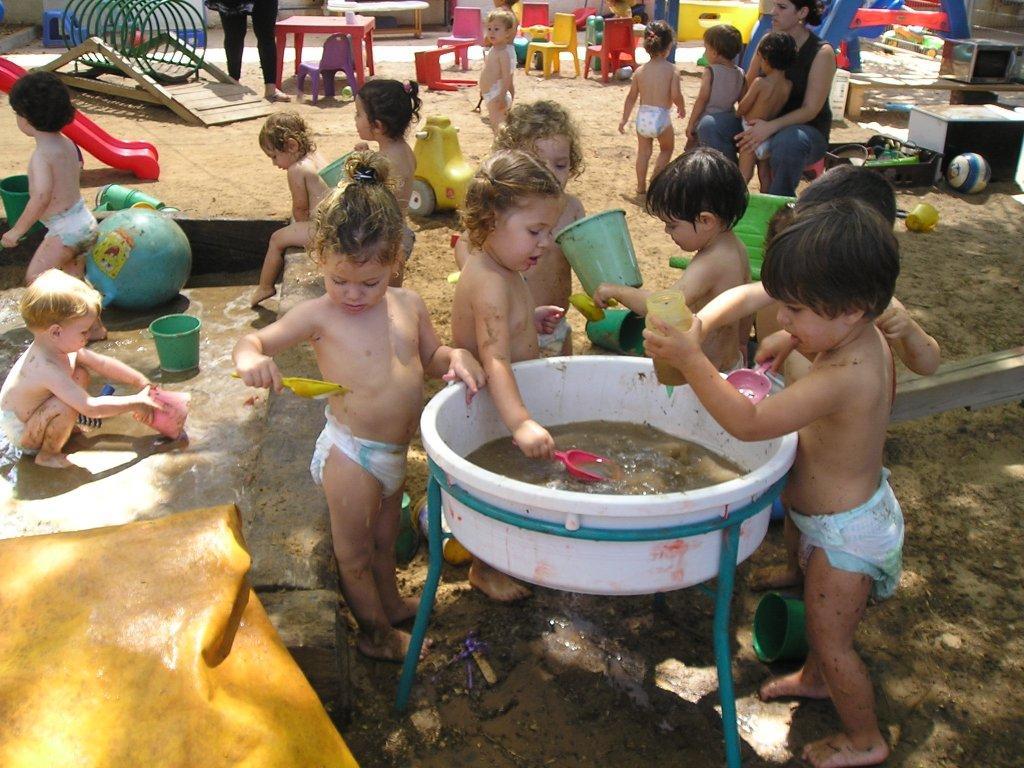 משחק במים בגן הילדים