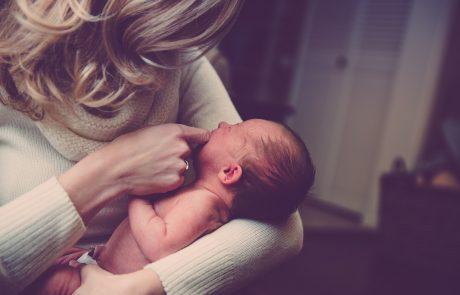 לצפות, לחכות, לתהות: שימוש בעקרונות פסיכואנליטיים בטיפול ב יחסי אם-ילד