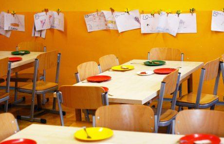 מה הקשר בין גישות חינוכיות לשולחנות גן הילדים ?