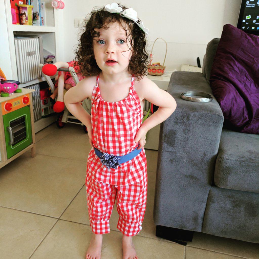 ילדה באוברול אדום
